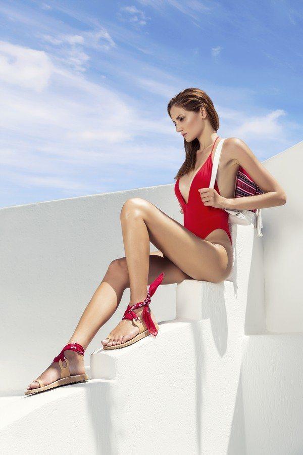 Από την συλλογή ξεχωρίζουν τα σανδάλια που συνδυάζουν δέρμα και ύφασμα και  διατηρούν μίνιμαλ γραμμές. Εξέχουσα θέση στην προτίμηση των πελατισσών έχει  και η ... 4152d4667c6