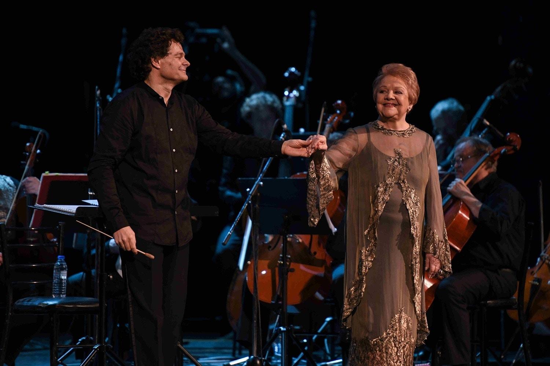 1.Η Μαίρη Λίντα με τον Μαέστρο της Συμφωνικής Ορχήστρας της Εθνικής Όπερας του Κιέβου Ολεκσί Μπακλάν.