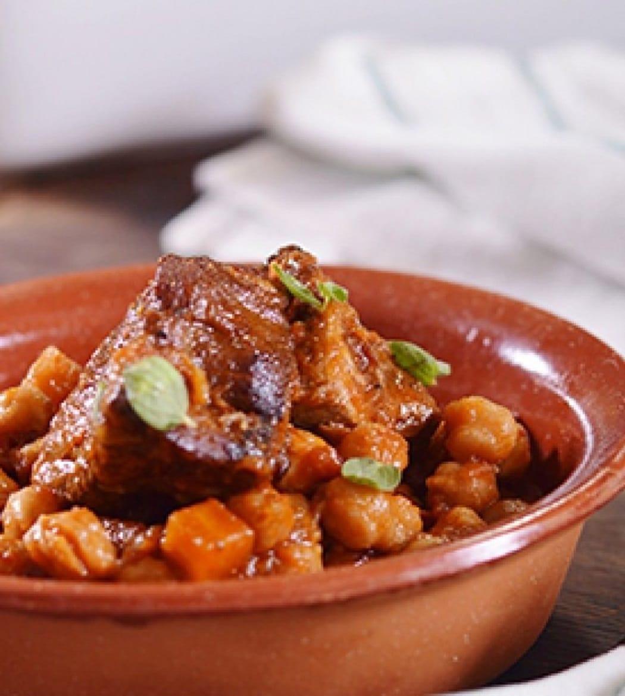 Είναι πεντανόστιμο! Το χοιρινό με ρεβίθια στο φούρνο του Γιάννη Λουκάκου