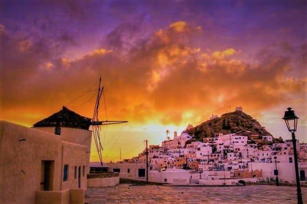 Ίος: Το νησί με την κλασική κυκλαδίτικη αρχιτεκτονική – Ατελείωτες βόλτες στα σοκάκια, ο τάφος του Ομήρου, τα κρυστάλλινα νερά (ΦΩΤΟ-ΒΙΝΤΕΟ)