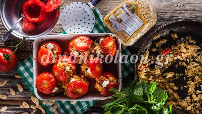 Αυτά τα γεμιστά θα σας ξετρελάνουν: Ντομάτες γεμιστές με μανεστράκι, αμύγδαλα και δυόσμο από την Ντίνα Νικολάου!