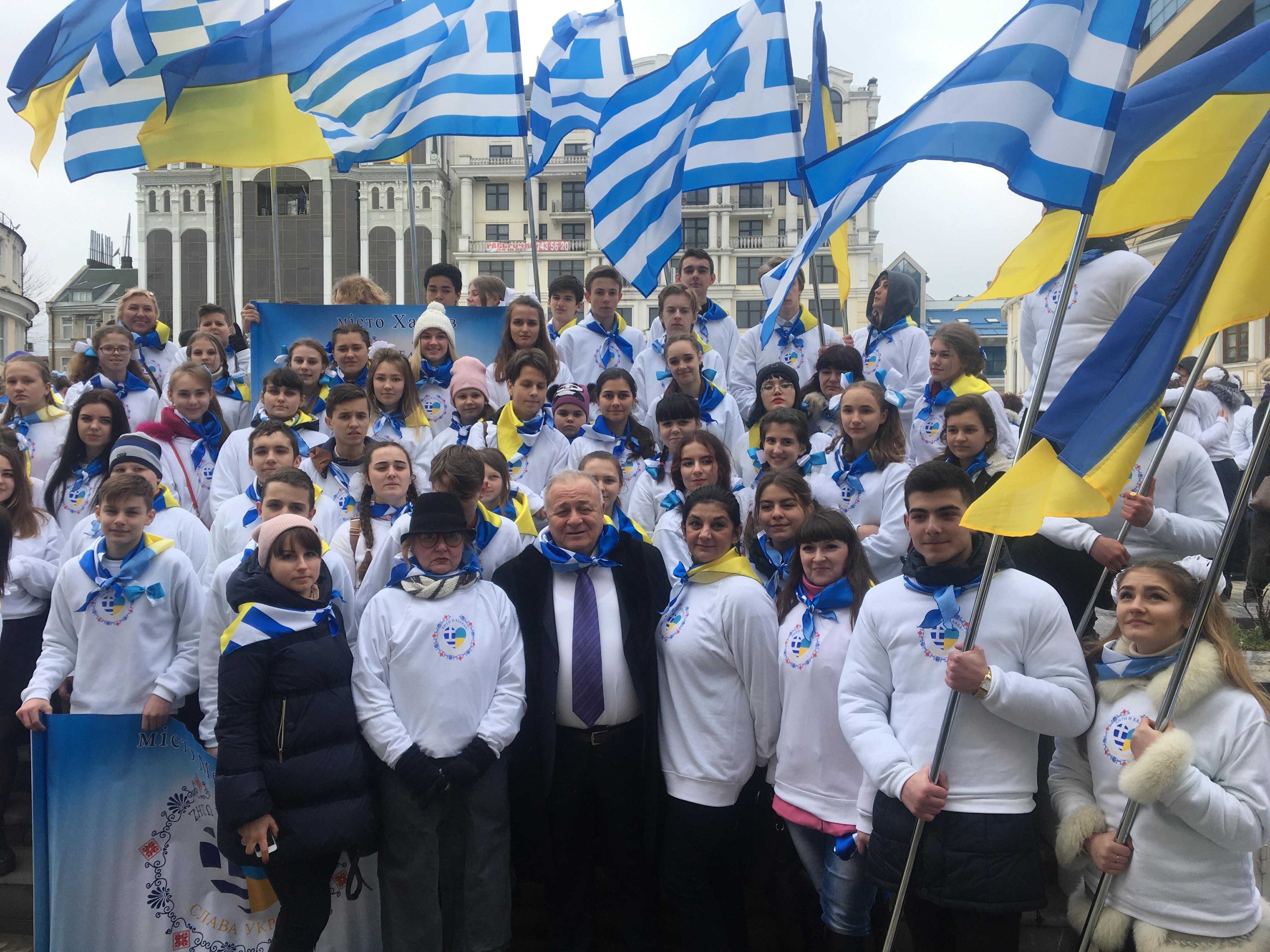 O Πρόεδρος του Ιδρύματος Μπούμπουρα κ. Παντελής Μπούμπουρας με τους μαθητές των ελληνόφωνων σχολείων της Ουκρανίας