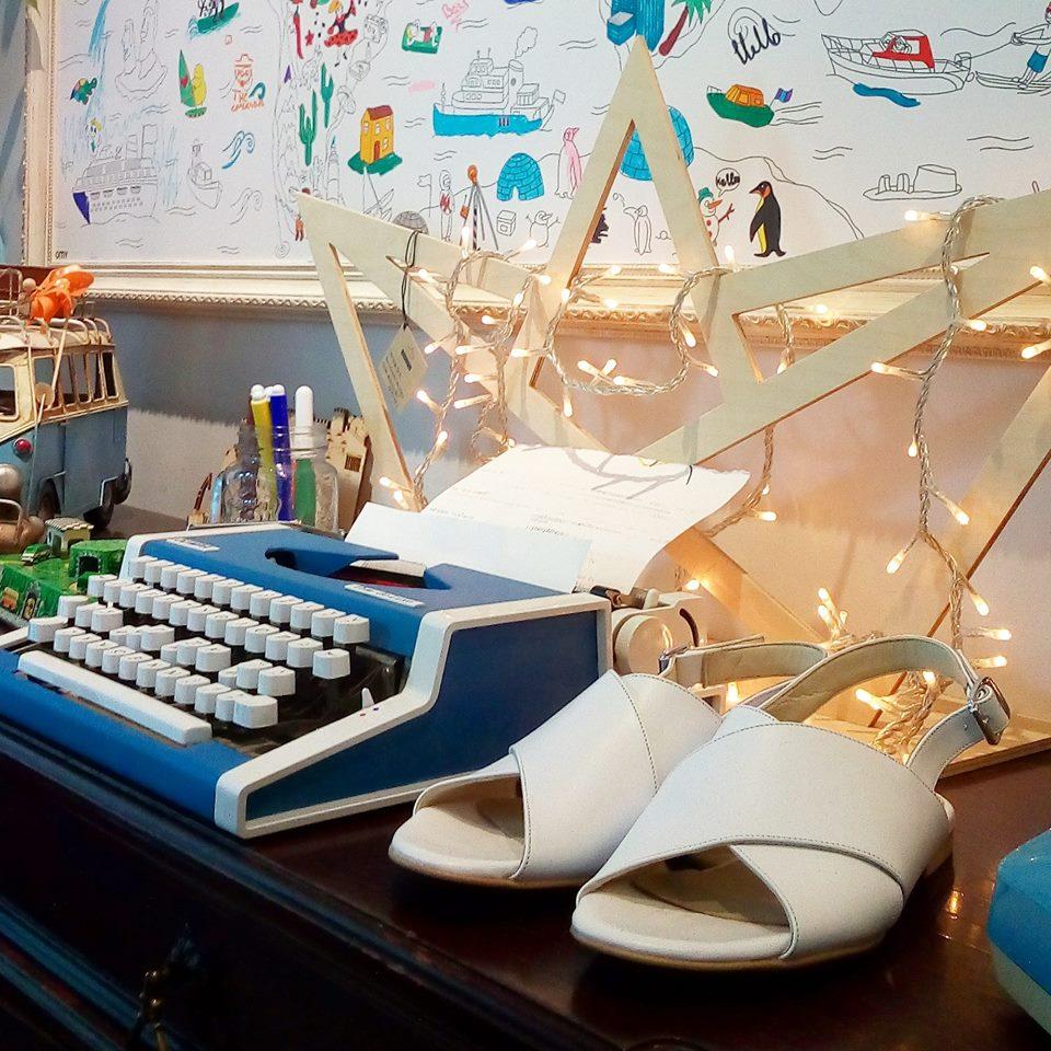 0b4bc950fe ... που αποτελείται από 26 μοναδικά σχέδια από δέρμα είναι από τις πιο  ενδιαφέρουσες που θα βρεις φέτος το καλοκαιρι. Όλα τα παπούτσια θα τα βρεις  για να τα ...