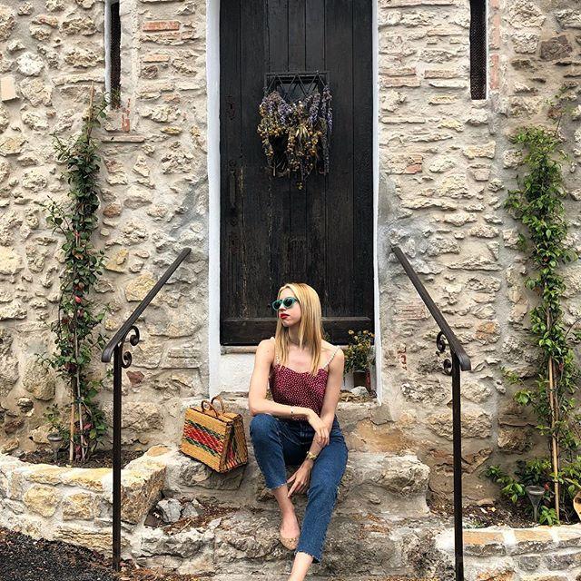 cb6ca09efad Μέσα από το blog της διαλέγει τα αγαπημένα της outfits και τα παρουσιάζει  συνδυάζοντάς τα με τα ταξίδια, την διατροφή, την άσκηση και την ομορφιά.