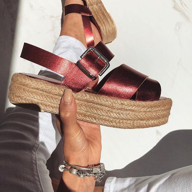 dfc871a54e5 H Iris Luxury Shoes επενδύει και μας προτείνει και φλατ σανδάλια που δεν  μπορούν να λείψουν ούτε αυτό το καλοκαίρι.