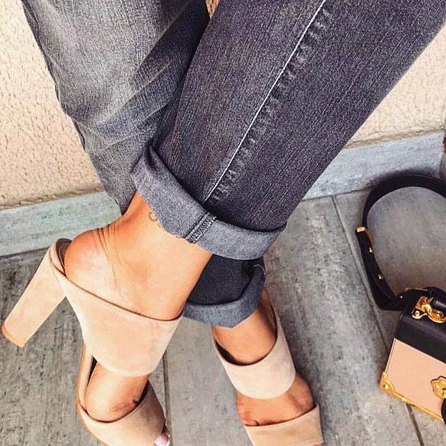 62a3bf40b13 H Iris Luxury Shoes επενδύει και μας προτείνει και φλατ σανδάλια που δεν  μπορούν να λείψουν ούτε αυτό το καλοκαίρι.