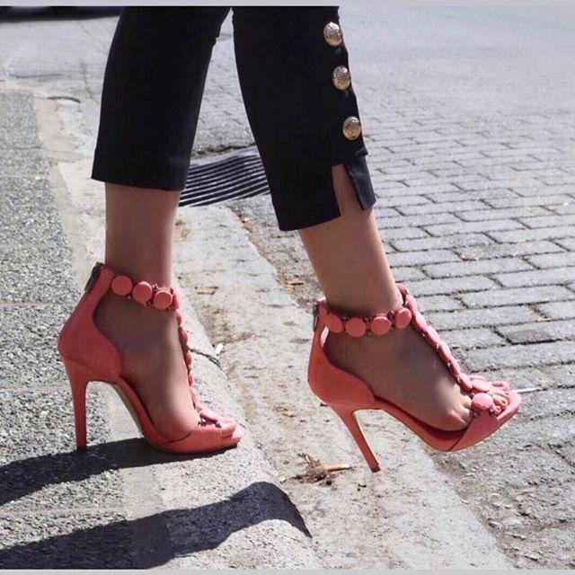 02c30b5fa9f H Iris Luxury Shoes επενδύει και μας προτείνει και φλατ σανδάλια που δεν  μπορούν να λείψουν ούτε αυτό το καλοκαίρι.
