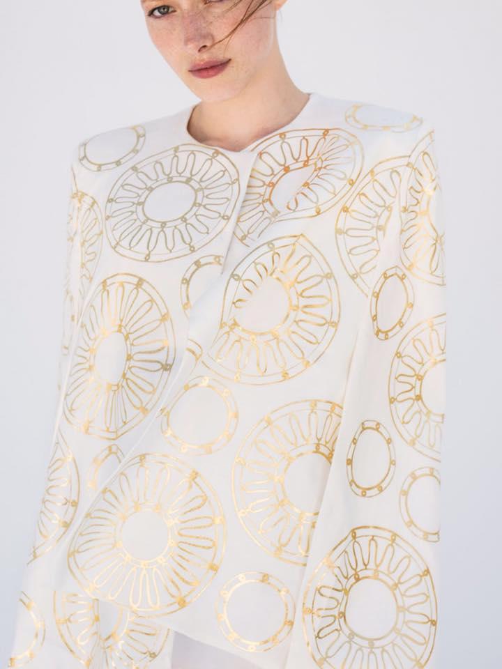 76748a391ef2 Σήμερα το brand έχει εξελιχθεί και έχει προσθέσει στα προϊόντα του μία νέα  συλλογή ρούχων σοφιστικέ αισθητικής. Κάπες από απαλό σουέντ και  διακοσμημένες με ...