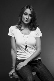 H Σόφη Δελούδη σπούδασε Σχέδιο Μόδας στο Istituto Marangoni του Μιλάνου.  Παρότι το πρώτο της πάθος την οδηγούσε στον χώρο τη μόδας 987d13a8625